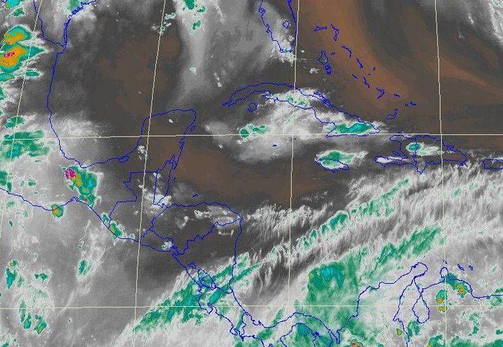 La imagen de satélite muestra la aproximación de intensa nubosidad proveniente del Mar Caribe. (Conagua)