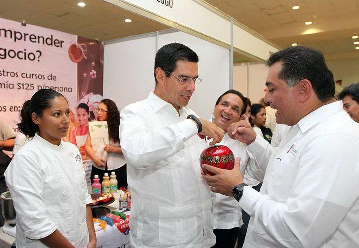 El Gobierno de Yucatán impulsa la realización de los emprendedores. Imagen de un recorrido de Víctor Caballero en una expo en el Centro de Convenciones de Siglo XXI. (Milenio Novedades)
