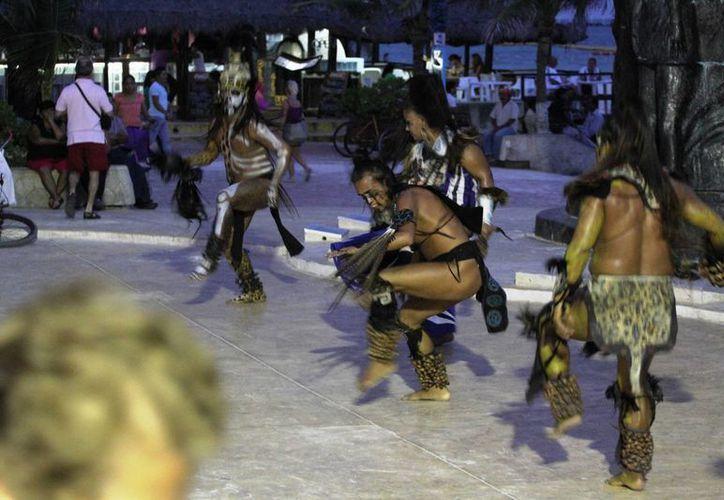 El próximo sábado los danzantes prehispánicos de la CROC bailarán para celebrar el Día Internacional de la Mujer Indígena. (Octavio Martínez/SIPSE)