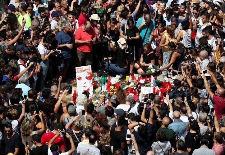 La Rambla trata de recuperar la normalidad y a partir de las 15:00 horas la Guardia Urbana ha levantado las restricciones al tráfico. (El País)