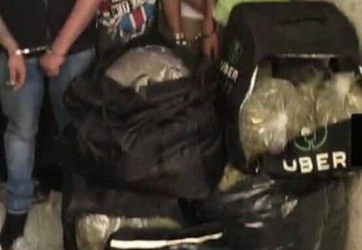 Los policías detectaron un cargamento de bolsas negras con marihuana. (Milenio).