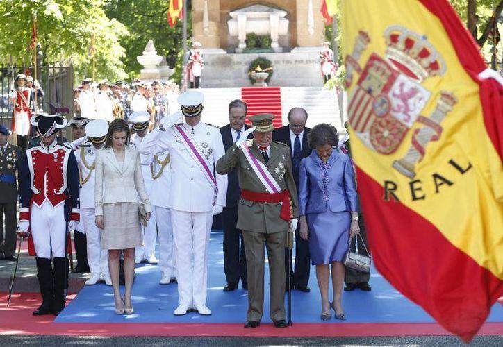 El rey Juan Carlos I acompañado de la reina Sofía y los príncipes de Asturias durante el homenaje a los caídos de las Fuerzas Armadas. (EFE)