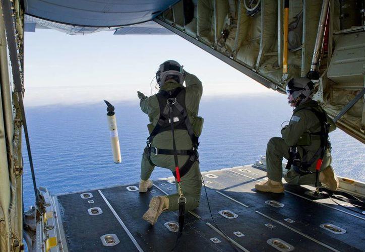 Por ahora, los esfuerzos de búsqueda aérea se concentran en un remoto sector del Océano Índico, a donde se tarda ocho horas en llegar en avión. (Agencias)