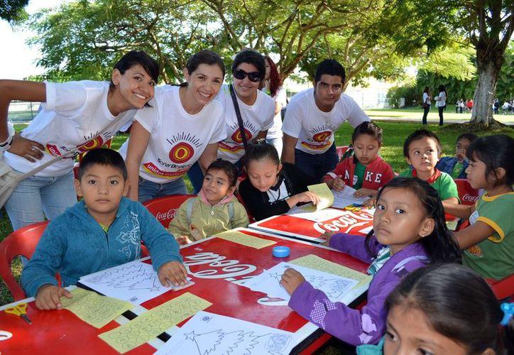 """Los estudiantes de la Unid realizaron la """"Macroposada"""" para 350 niños de escasos recursos. (Theani Ruz/SIPSE)"""