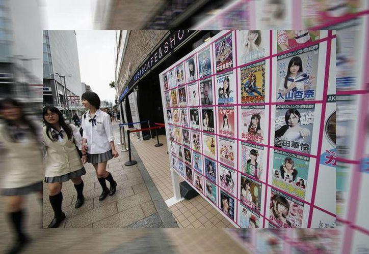 El grupo AKB48 canceló los eventos que tenía programados con sus seguidores después que un hombre atacara con una sierra a dos de sus integrantes. (AP)