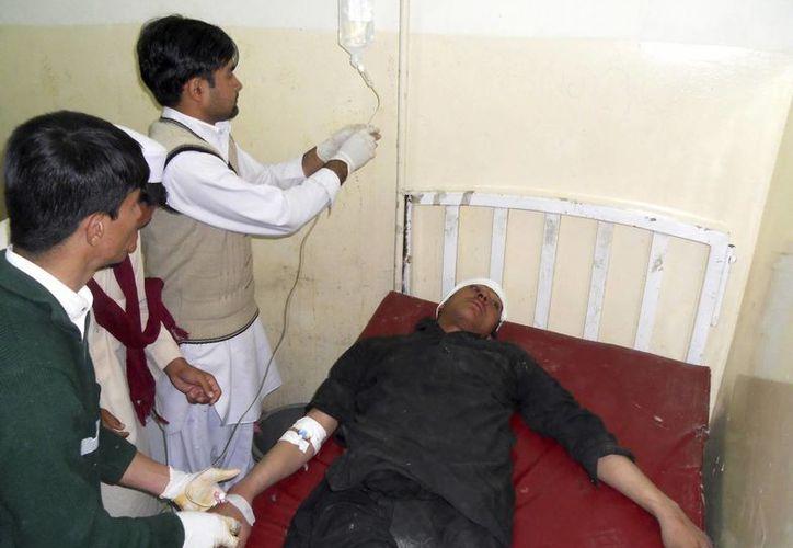 Un hombre recibe tratamiento médico en un hospital en Kohat, Pakistán. (EFE)