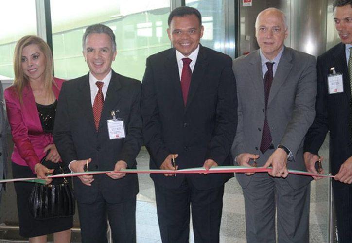 El gobernador de Yucatán, Rolando Zapata Bello (centro), cortó el listón como acto simbólico de inauguración del nuevo vuelo Mérida-Milán. (NTX)