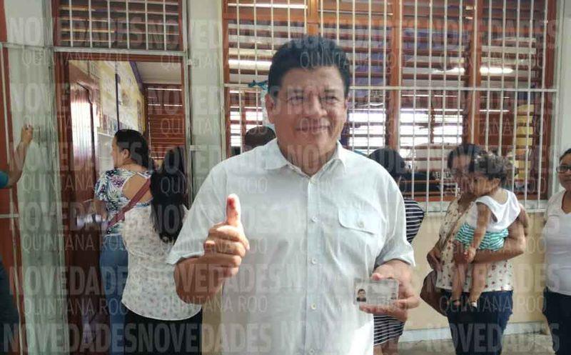 El candidato ejerció su voto en la casilla 371. (Miguel Maldonado/SIPSE)