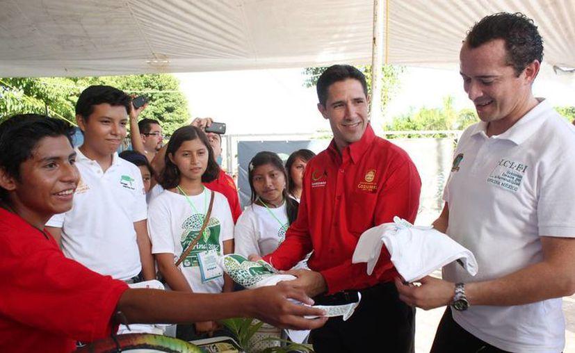 Edgar Villaseñor Franco y el alcalde durante un recorrido en Cozumel. (Cortesía/SIPSE)