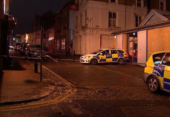 Un hombre que fue expulsado de un club nocturno regresó con su automóvil y embistió contra el local. (Foto: ITV News)