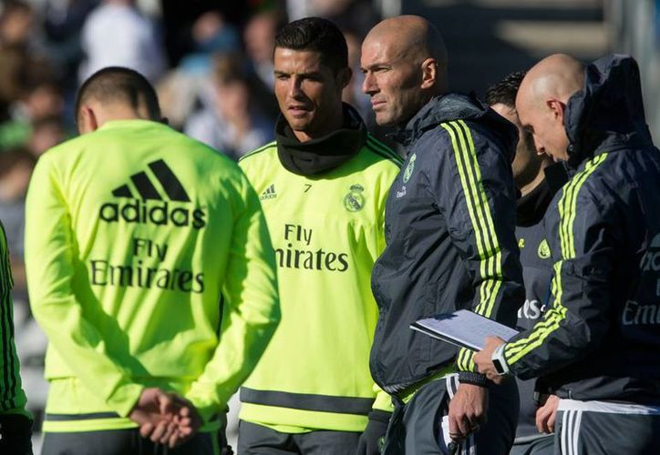 El nuevo técnico de Real Madrid, Zinedine Zidane (tercero de  der. a izq.) dirigió su primera práctica con el primer equipo. (AP)