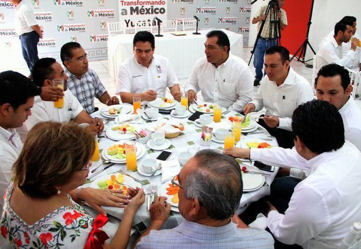 Carlos Pavón Flores (al micrófono) señaló  que se emprenderá un trabajo intenso, con la estructura partidista de gestión social, promoción del voto, entre otras acciones. (Milenio Novedades)