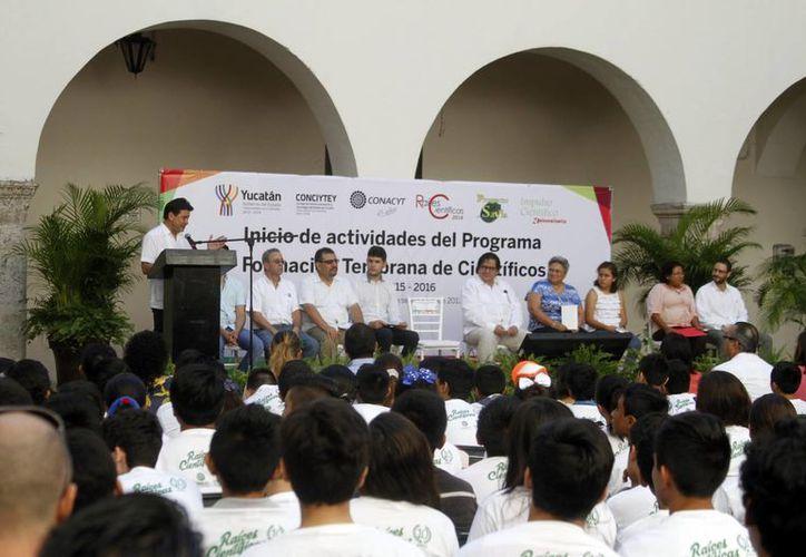 Uady y Conciytey auspician el esquema de raíces científicas en estudiantes yucatecos. Imagen de la inauguración del evento en el edificio central de la Uady. (Milenio Novedades)