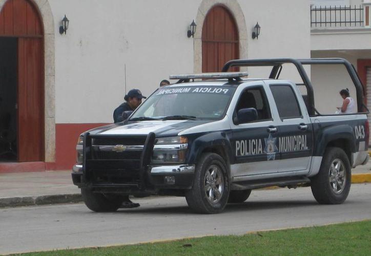Policías municipales atendieron el reporte del asalto. (Redacción)
