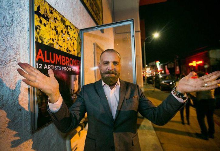 El productor cubano Fermín Rojas posa delante del póster de 'Alumbrones', cuya realización fue toda una odisea ante la cerrazón del gobierno cubano que hasta hace poco dificultaba los trabajos de cine. (Foto: AP)