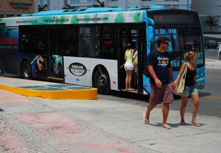 Operadores de transporte público infringen al ley al alterar la tarifa a turistas y cobrar más de 9.50 pesos. (Tomás Álvarez/SIPSE)