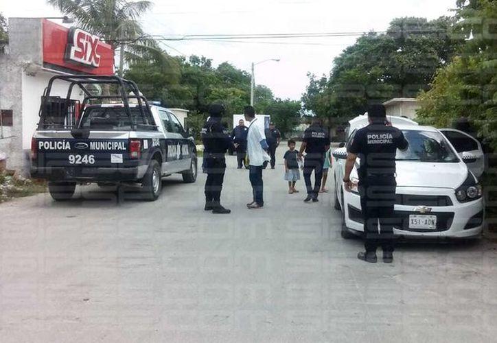 Policías acudieron al sitio para tratar de dar con el presunto responsable del abuso. (Redacción/SIPSE)