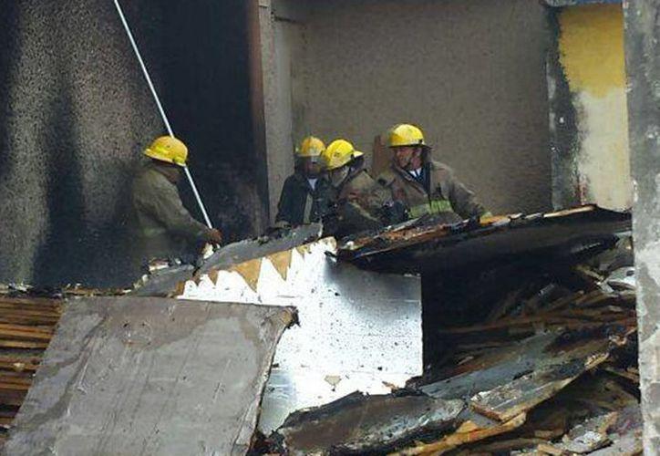 Bomberos controlaron en pocos minutos un incendio en el polifuncional de la Uady, en la colonia Industrial, cerca del hospital T-1 del IMSS. (Celia Franco/SIPSE)