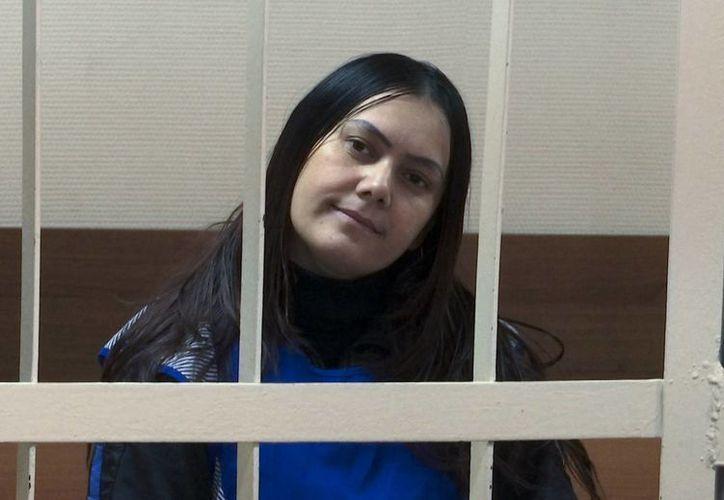 Gulchekhra Bobokulova de Uzbekistán, aparece en la corte en Moscú. La mujer es acusada de homicidio, tras decapitar a la niña que tenía a su cuidado. (Agencias)