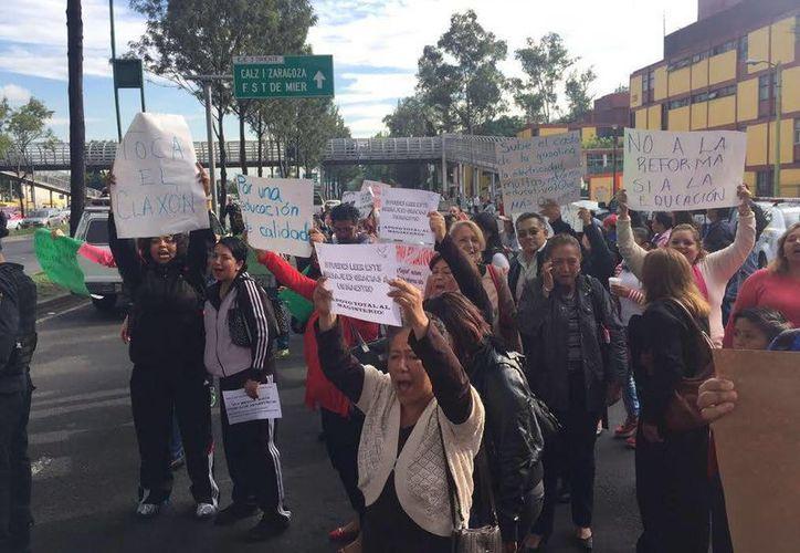 Los maestros, con apoyo de padres de familia y alumnos, realizaron ayer cuatro movilizaciones en la Ciudad de México. (twitter.com/lajornadaonline)