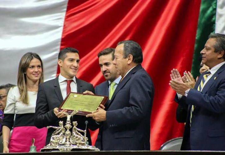 Rommel Pacheco Marrufo, el clavadista yucateco, recibió un reconocimiento de parte del Congreso, por su trayectoria en el deporte mexicano. (Milenio Novedades)
