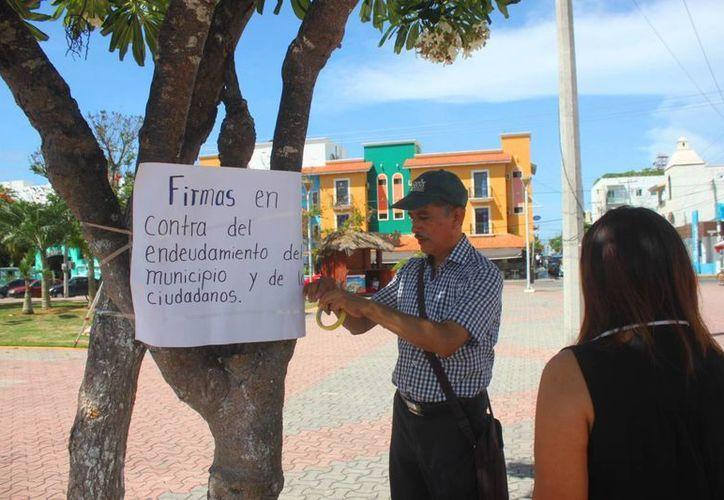 Recaudación de firmas en contra de la deuda municipal. (Adrián Barreto/ SIPSE)