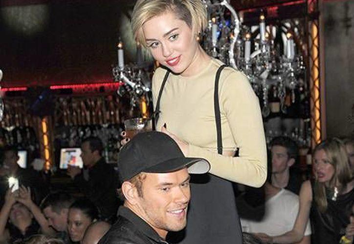 Foto de archivo de la cantante Miley Cyrus con el actor Kellan Lutz, quien al parecer es su nuevo novio.(usmagazine.com)