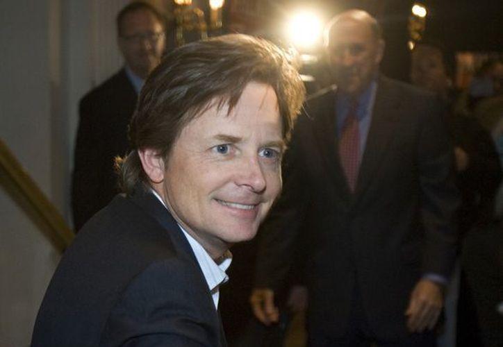 El actor Michael J. Fox saluda a unos fans en Milwaukee, el 6 de noviembre de 2006. (Agencias)