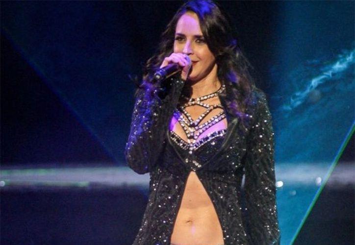 El traspié de la artista de 40 años fue la pifia en su presentación como parte del cartel musical de la gira 90's Pop Tour. (Excélsior)