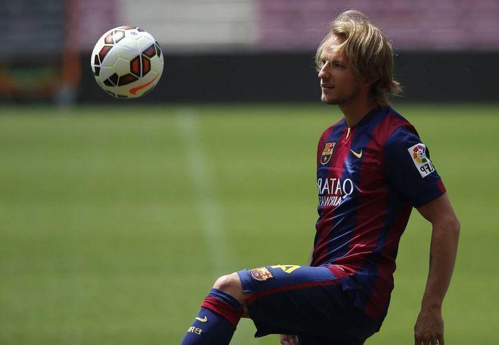 El mediocampista croata Ivan Rakitic muestra sus habilidades durante su presentación con el Barcelona. (Foto: AP)