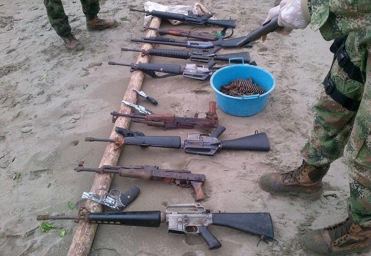"""Al menos 15 miembros de la banda narcotraficante """"Los Urabeños"""", se entregaron a la Armada de Colombia, en el departamento del Chocó. (Notimex)"""