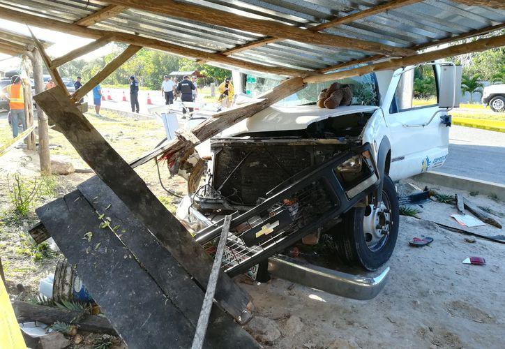 Sobre el cofre del vehículo quedó el osito de peluche del menor. (Redacción/SIPSE)
