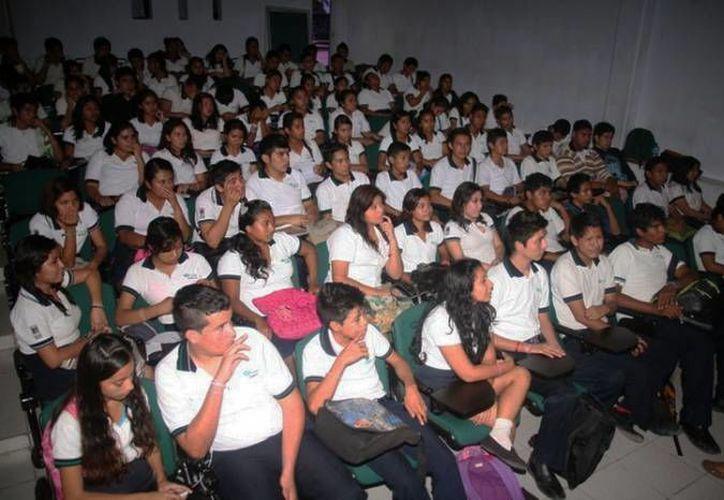 Las pláticas son impartidas a alumnos de nivel medio superior. (Redacción/SIPSE)