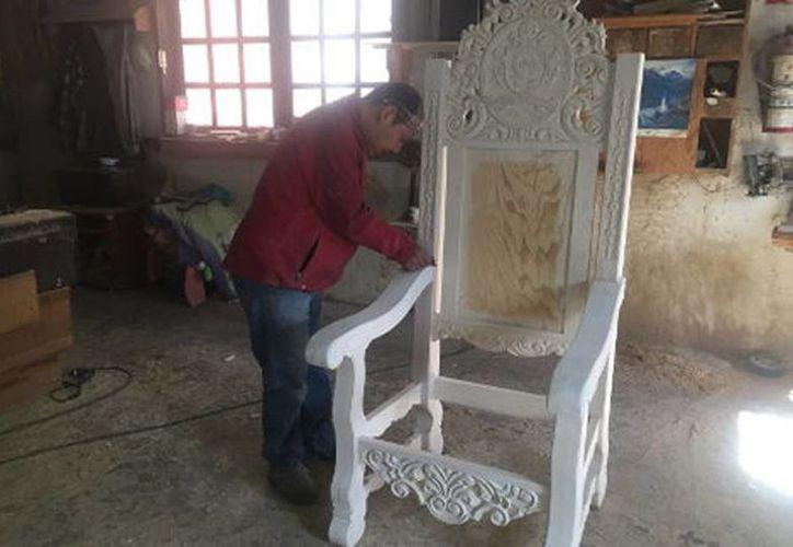 En Chihuahua, dos carpinteros y un labrador construyen la silla de madera que utilizará Francisco en la misa en el parque fronterizo de El Chamizal, el día 17 de febrero. (Milenio)