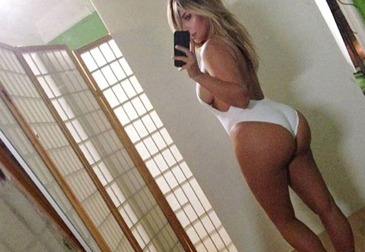 Kardashian se tomó una foto de espalda frente a un espejo, mostrando principalmente su trasero. (Instagram)