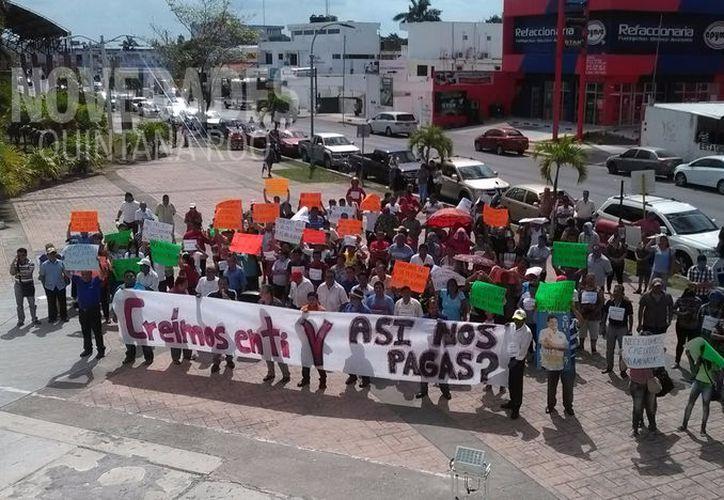 Los comerciantes se manifestaron en el Palacio Municipal de Othón. P. Blanco. (Foto: David de la Fuente)