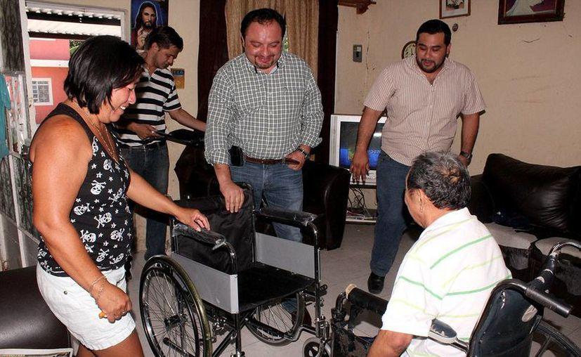 Torres Rivas entregó a Victoriano Bacab Canché una silla de ruedas para ayudarlo a movilizarse. (Cortesía)