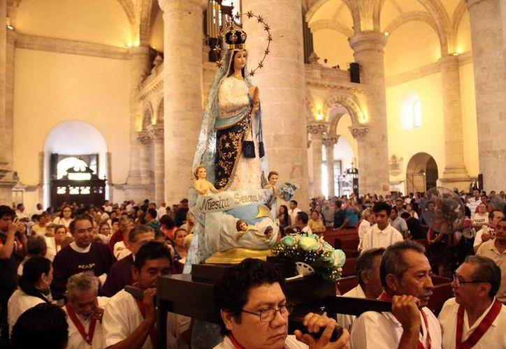 La imagen de Nuestra Señora de Yucatán fue llevada en procesión, con motivo del 18 aniversario de su coronación. (Jorge Acosta/Milenio Novedades)