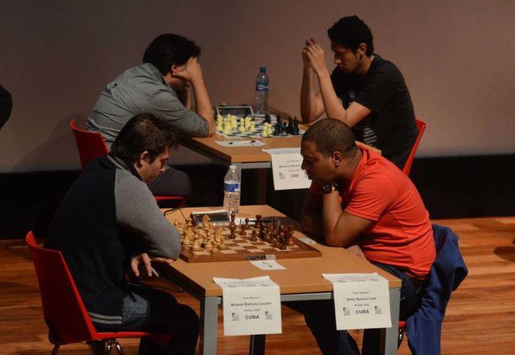 EL GM cubano Lázaro Bruzón (izquierda) comanda el torneo internacional Torre Repetto en el Museo Maya. (Milenio Novedades)