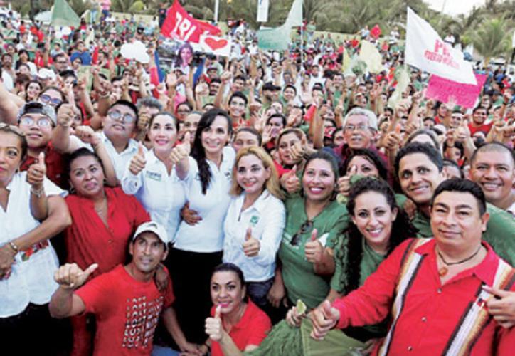 En punto de las 18 horas, las candidatas caminaron en las principales calles de la Colonia Zetina Gasca. (Redacción/SIPSE)