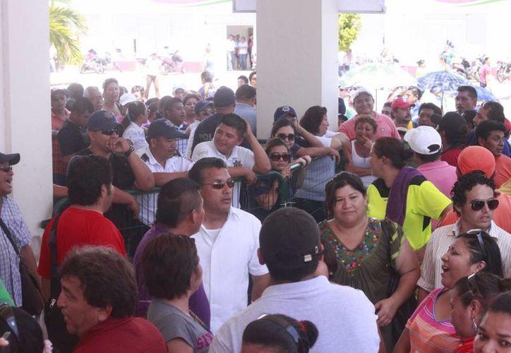 Maestros bloquearon la entrada y salida de los trabajadores del Palacio. (Harold Alcocer/SIPSE)