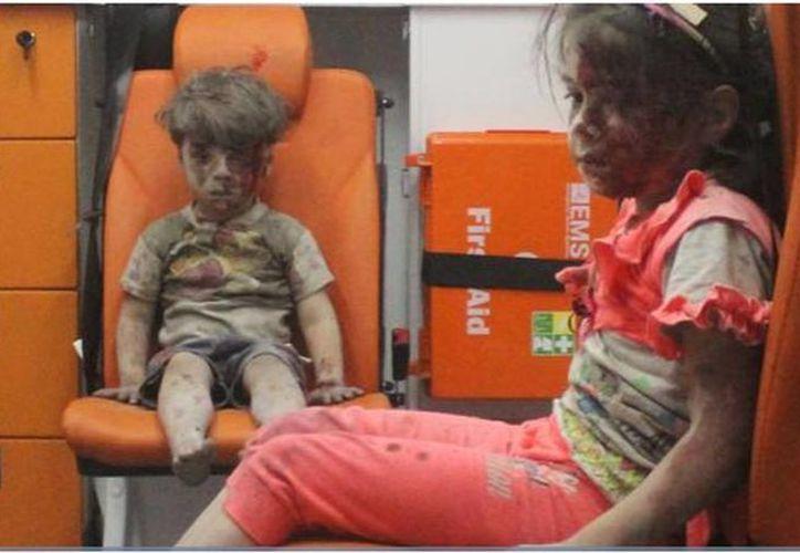 Omran junto a una de sus hermanas en una ambulancia, después de que su casa fue bombardeada en Alepo. (Reuters)