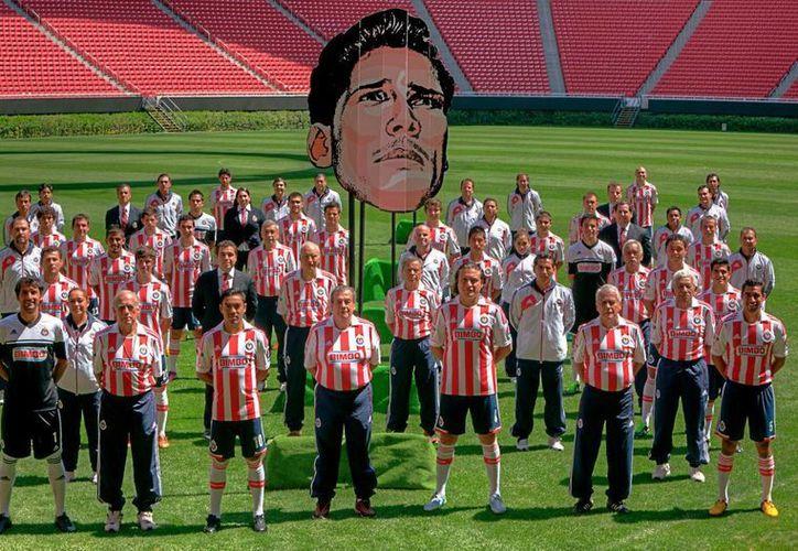 """En la cancha del nuevo estadio de Chivas, los tapatíos posaron con el rostro de """"Chava"""". (Facebook oficial)"""