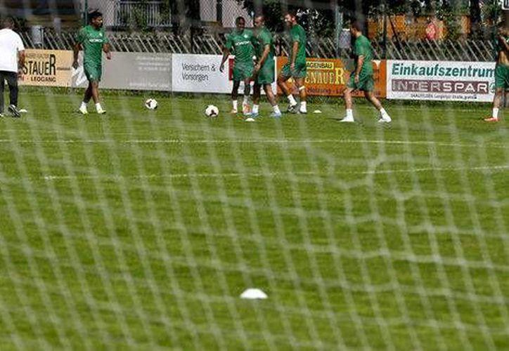El partido fue suspendido en el minuto 85 debido a las  decenas de hombres que  saltaron a la cancha con lemas contra Israel. (Milenio)