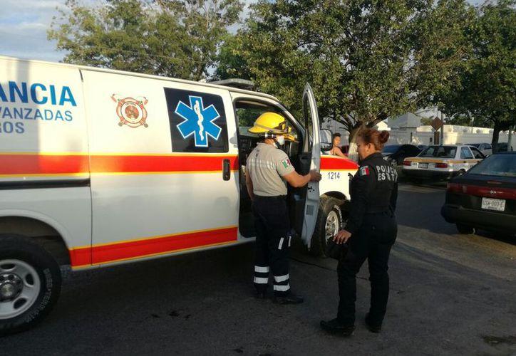 Elementos de la Unidad de Respuesta a Emergencias Médicas (UREM) quienes vendaron la mano del afectado y lo trasladaron al Hospital General. (SIPSE)