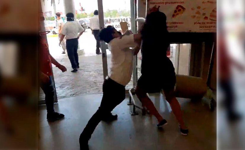 La joven trataba de salir de la tienda con varios artículos sin haberlos pagado. (Novedades Yucatán)