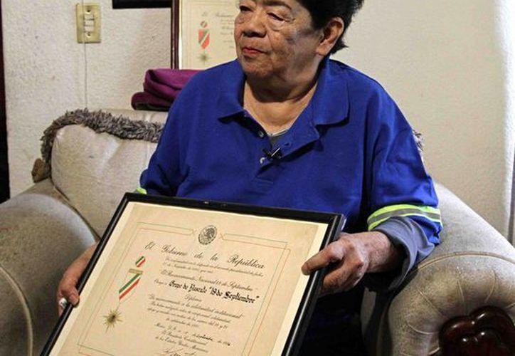 En 1986 el presidente Miguel de la Madrid le entregó a Juana un reconocimiento por el trabajo de rescate realizado un año atrás. (Notimex)