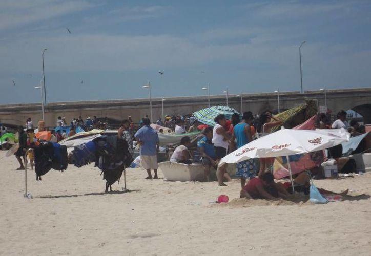 Aunque no tanto como en las vacaciones, el domingo fue concurrido en las playas de Progreso. (Óscar Pérez/SIPSE)