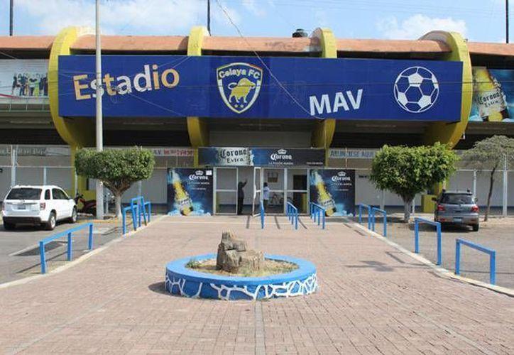 Frente del Estadio Miguel Alemán en Celaya, donde un comando armado se llevó la madrugada de este jueves el total de las taquillas del partido entre Club Celaya FC y Rayados del Monterrey. (Imagen tomada de www.am.com)