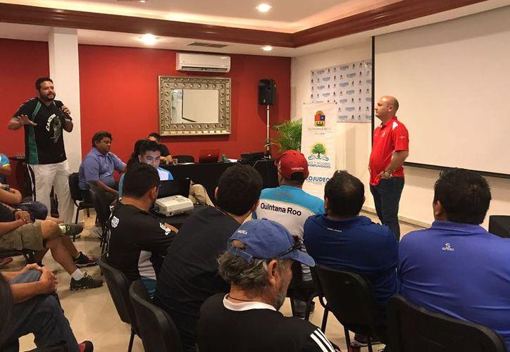 Representantes de equipos y autoridades deportivas participaron en la reunión. (Raúl Caballero/SIPSE)